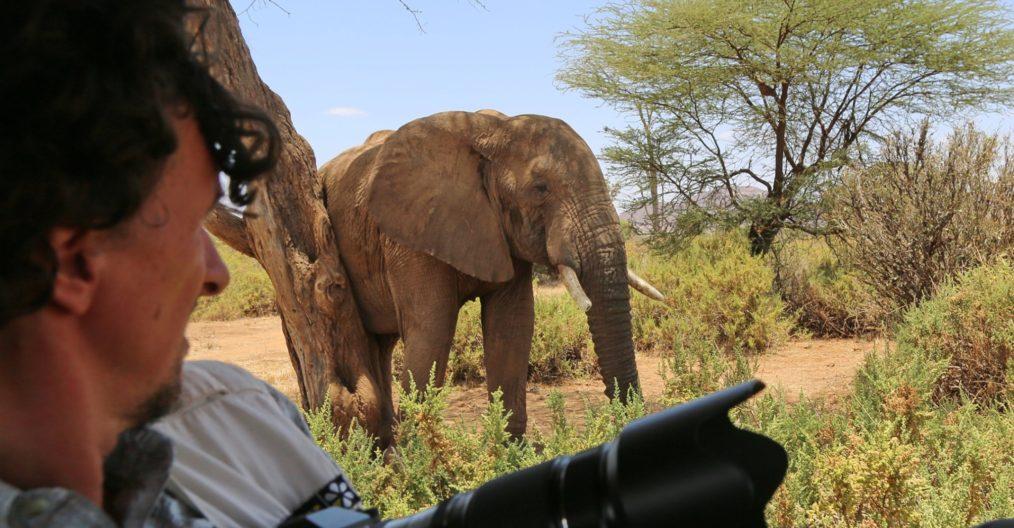 Viaggio fotografico in Kenya con Luca Bracali e Laura Scatena, foto di backstage con elefante