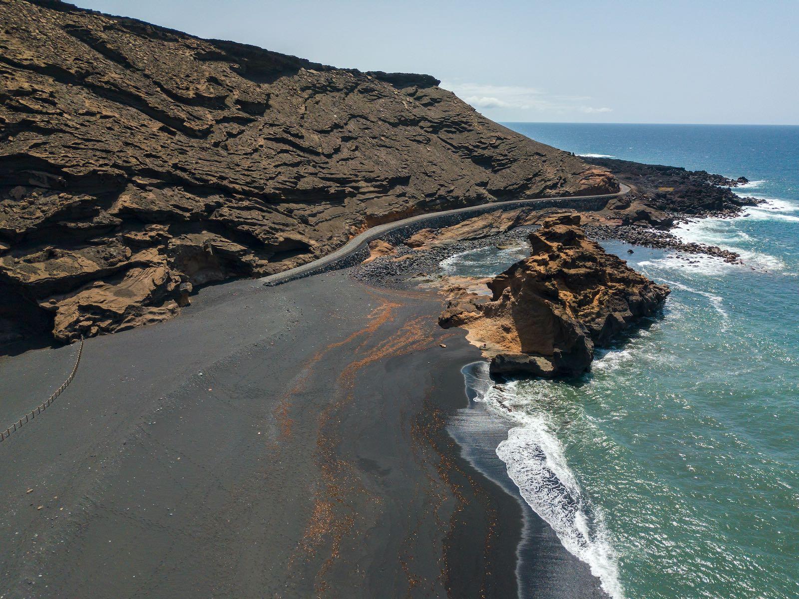 istock_Lanzarote_Playa El Golfo-min